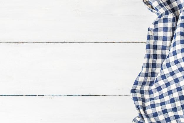 Blauwe tafelkleed op witte achtergrond, kopieer ruimte, bovenaanzicht.