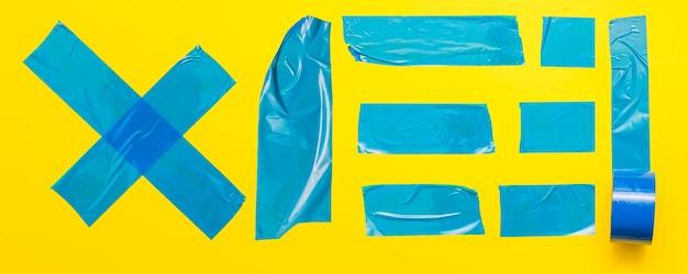 Blauwe tape op gele achtergrond