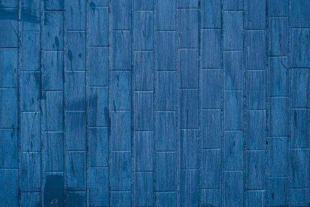 Blauwe tegelachtergrond met verfvlekken, donkere muurtextuur in badkamers.