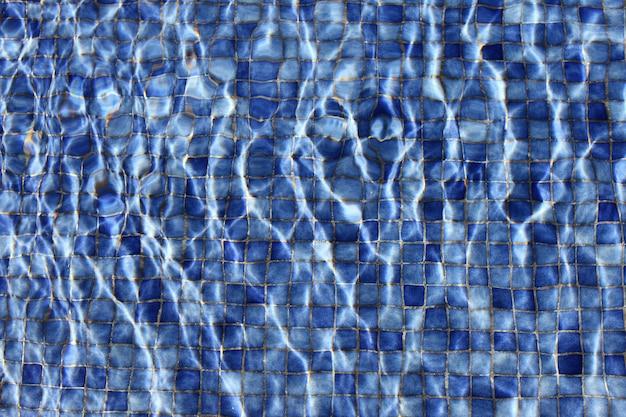 Blauwe tegels onder water