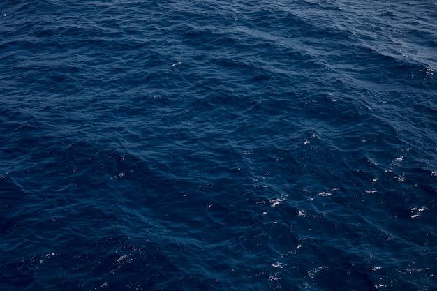 Blauwe tinten water golven oppervlak