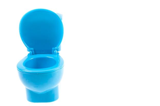 Blauwe toiletpot op witte achtergrond