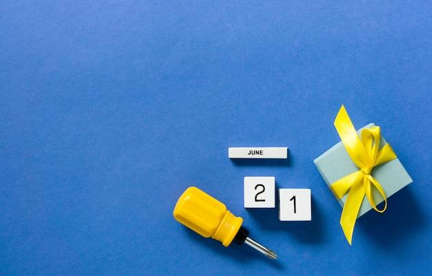 Blauwe vaderdagkaart met schroevendraaier en geschenkdoos. ruimte voor tekst