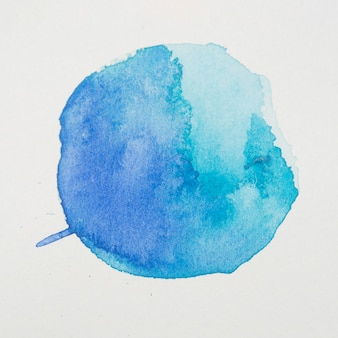 Blauwe verf in de vorm van een cirkel op wit papier
