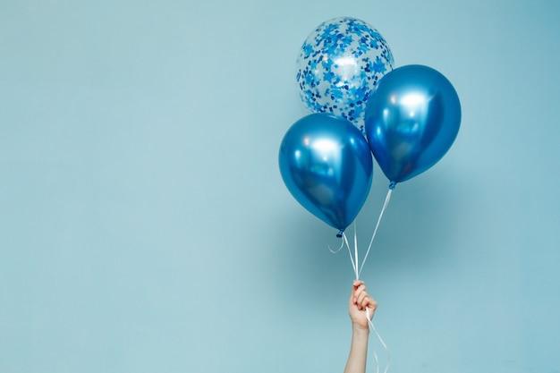 Blauwe verjaardag ballonnen met kopie ruimte voor tekst.
