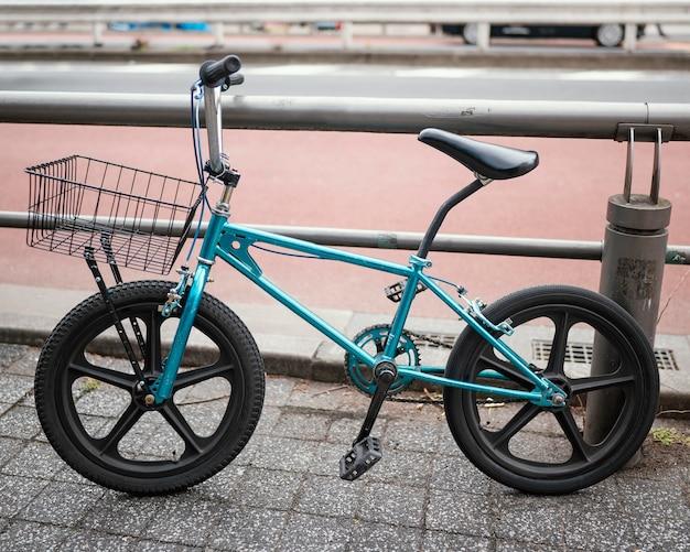 Blauwe vintage fiets buitenshuis