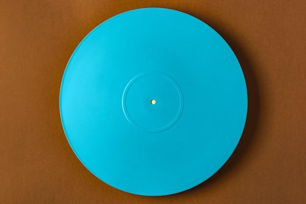 Blauwe vinylregeling op bruine muur