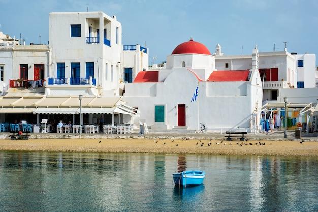 Blauwe vissersboot in havenhaven op het eiland mykonos, griekenland