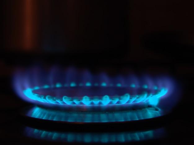 Blauwe vlam van vuur in het fornuis van de toestelmond.