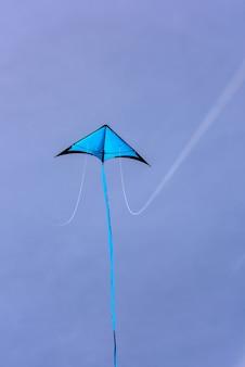 Blauwe vlieger drijvend in de blauwe hemel vlieger met blauwe hemelachtergrond