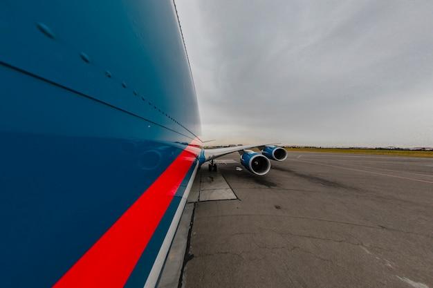 Blauwe vliegtuigen rijden op de piste