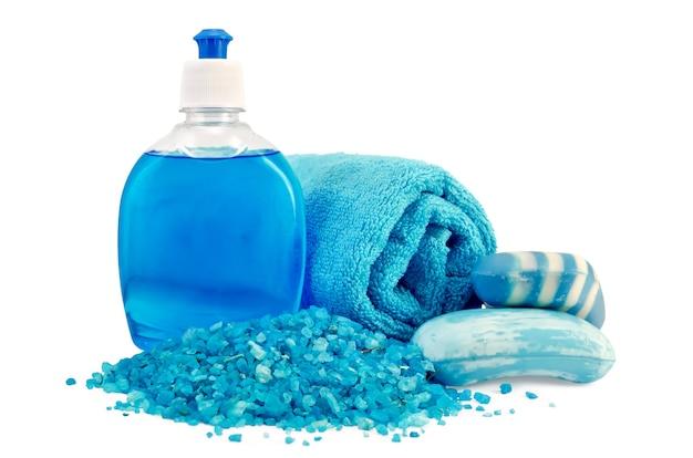 Blauwe vloeibare zeep in fles, vaste zeep, badzout, handdoek geïsoleerd