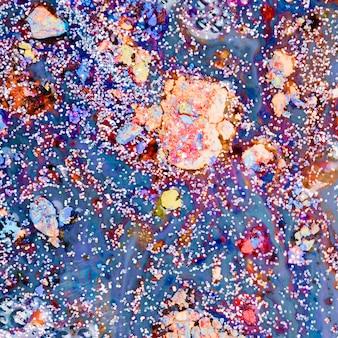 Blauwe vloeistof met kleurrijke kruimels