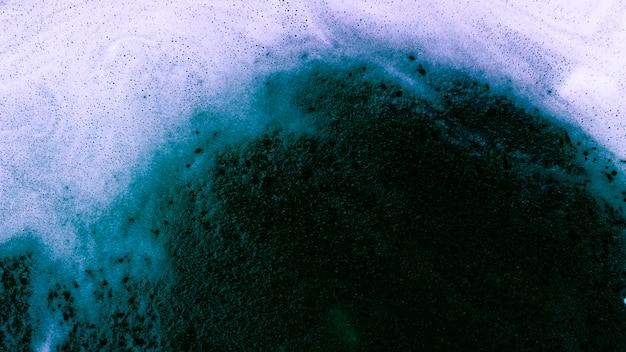 Blauwe vloeistof met schuim