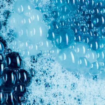 Blauwe vloeistof met veel klodders