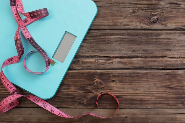 Blauwe vloer schalen en roze tape op donkere houten achtergrond