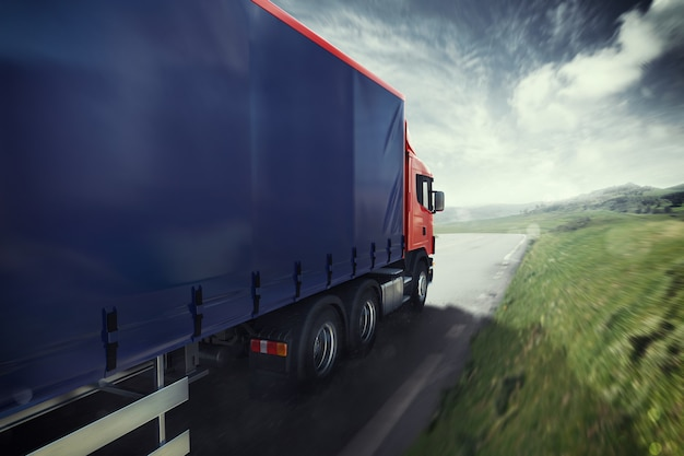 Blauwe vrachtwagen op de weg met het natuurlijke landschap. 3d-weergave