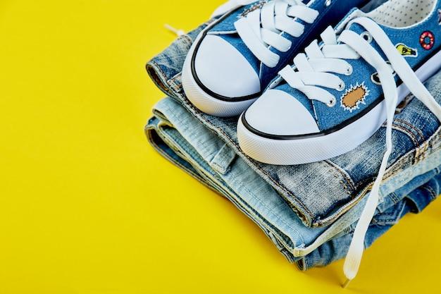 Blauwe vrouwelijke of mannelijke sneakers en jeans,