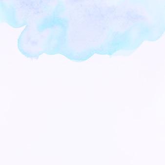 Blauwe waterverfplons op witte achtergrond