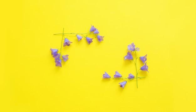 Blauwe wilde bloemen op geel oppervlak
