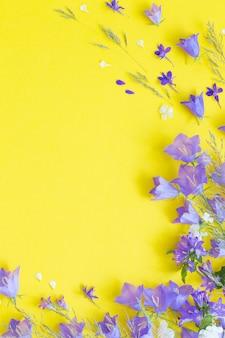Blauwe wilde bloemen op gele achtergrond