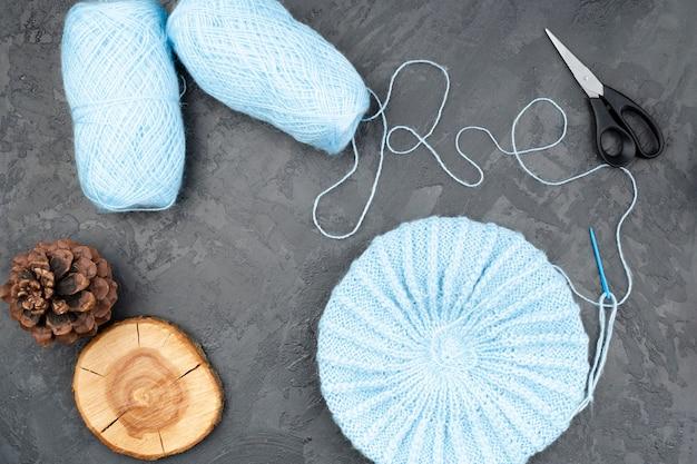 Blauwe wol op leiachtergrond