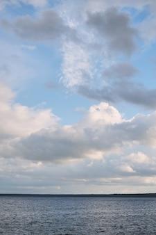 Blauwe zee blauwe hemel horizon