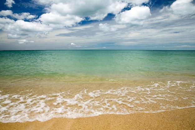 Blauwe zee en blauwe lucht Premium Foto