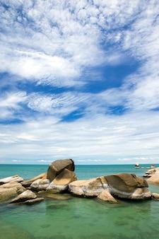 Blauwe zee en blauwe lucht