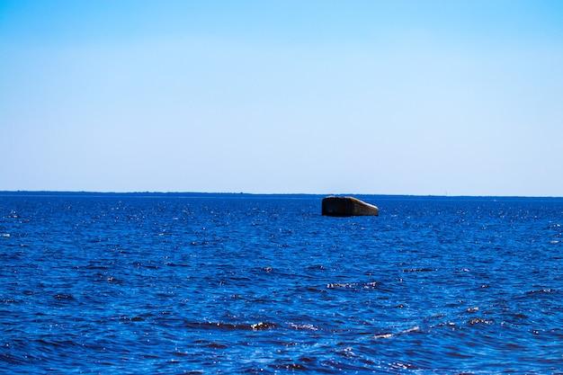 Blauwe zee en lucht achtergrond - uitzicht over.