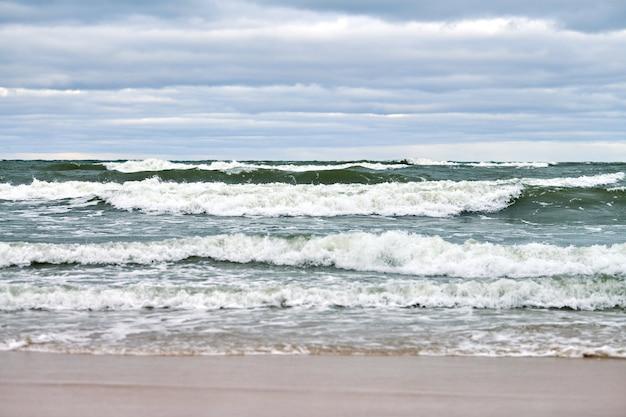 Blauwe zee en mooie bewolkte lucht, zandstrand