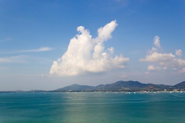 Blauwe zee en wolk achtergrond