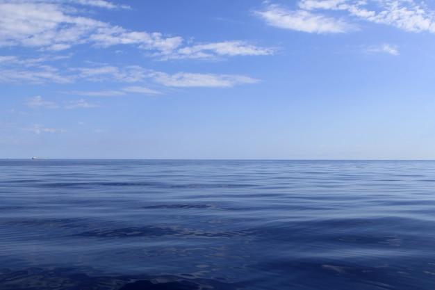 Blauwe zee horizon oceaan perfect in rust