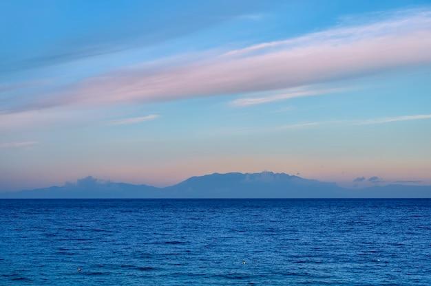 Blauwe zee in de ochtend in fourka scala, halkidiki, griekenland