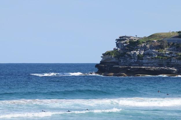 Blauwe zee in een zonnige dag op bondi beach sydney, australië