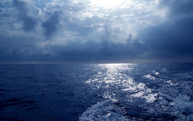 Blauwe zee in stormachtige dramatische hemeldag