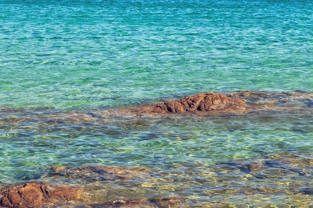 Blauwe zee met golven.