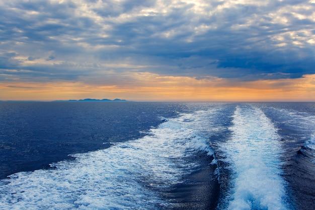 Blauwe zee met prop wash wake in ibiza island