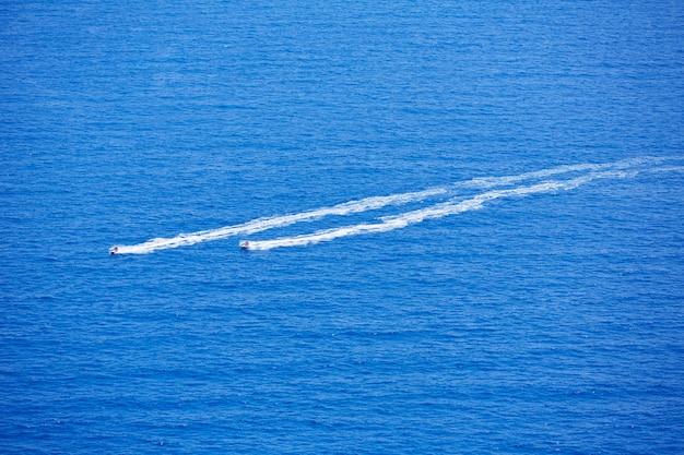 Blauwe zee oceaan met waterscooters wake luchtfoto