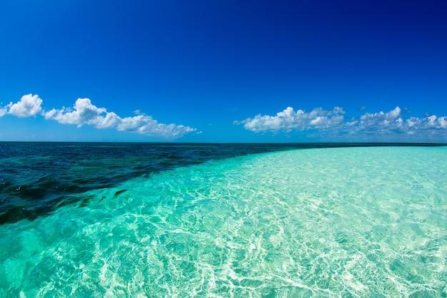 Blauwe zee onder wolkenhemel