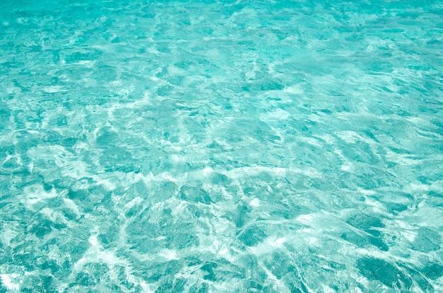 Blauwe zee-oppervlak met golven