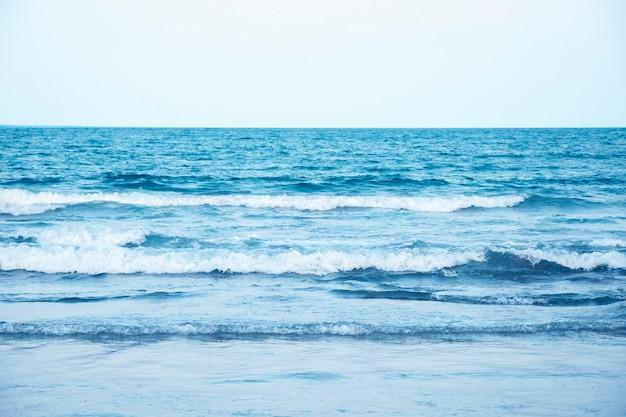 Blauwe zee wateroppervlak op sky