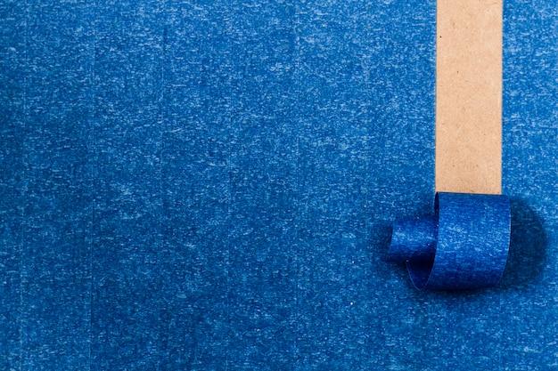 Blauwe zelfklevende achtergrond met oprollijn