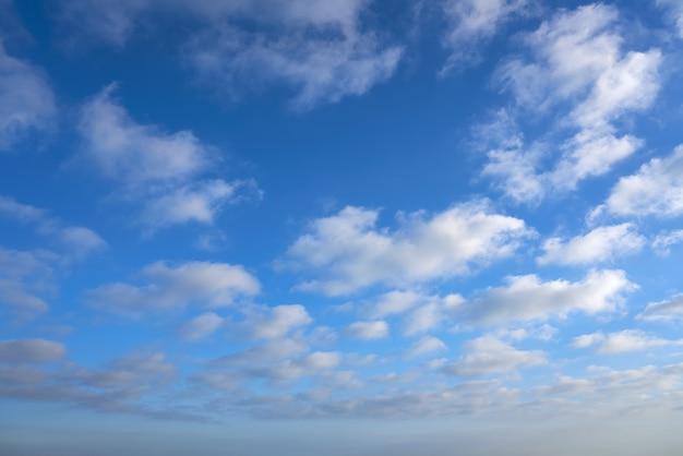 Blauwe zomerhemel met witte wolken