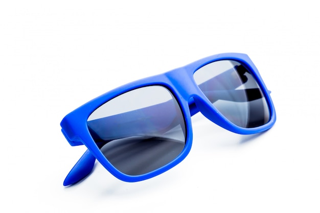 Blauwe zonnebril die op wit wordt geïsoleerd