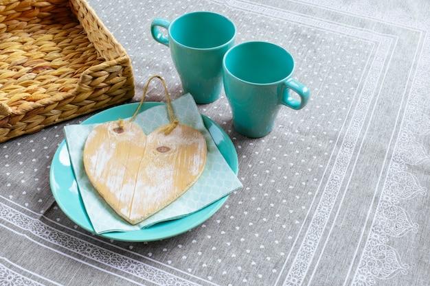 Blauwgroene tafel twee plaat cup blauw groen ontbijt mand hart