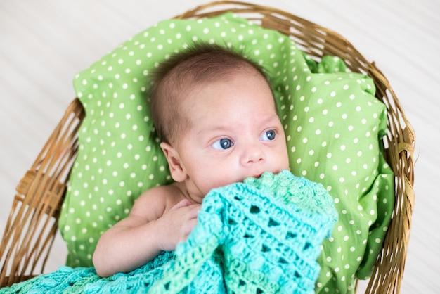 Blauwogige babyjongen - in de fotoshoot in de studio