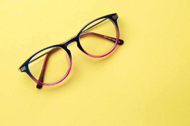 Blauwroze bril met heldere glazen