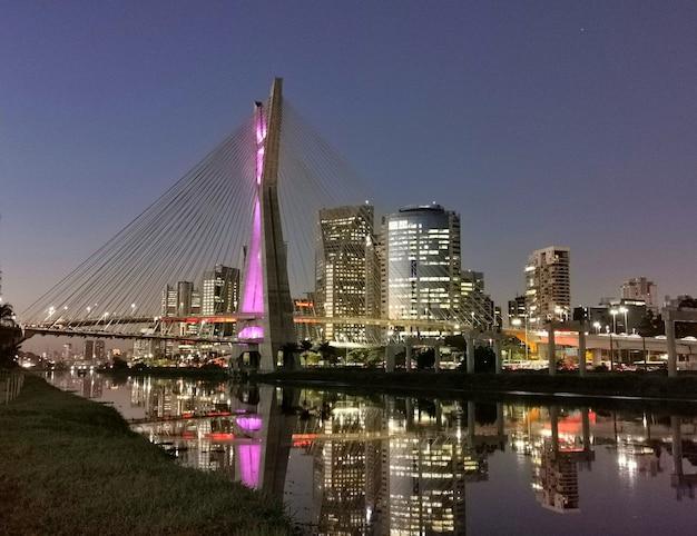 Bleef 's nachts bridge in sao paulo over de rivier de pinheiros.