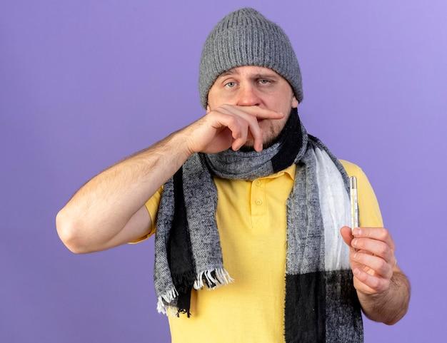 Bleke jonge blonde zieke slavische man met winter hoed